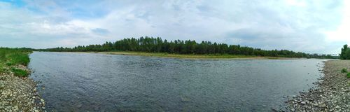 Det panorama- landskapet, floden Stryi med munnen lokaliseras i de Carpathian bergen för berg Royaltyfri Fotografi