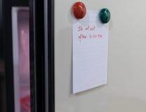 Det pappers- arket skriver äter inte efter 7 00 e.m. på kylskåpdörr Royaltyfri Fotografi