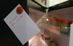 Det pappers- arket skriver äter inte efter 7 00 e.m. på kylskåpdörr Fotografering för Bildbyråer