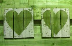 Det pappers- hålet rev sönder i hjärta Shape med gammal Wood bakgrund inom Royaltyfria Bilder