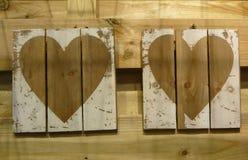 Det pappers- hålet rev sönder i hjärta Shape med gammal Wood bakgrund inom Royaltyfria Foton