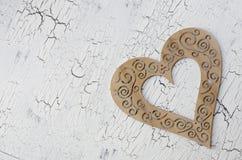 Det pappers- hålet rev sönder i hjärta Shape med gammal Wood bakgrund inom Royaltyfri Bild