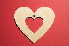 Det pappers- hålet rev sönder i hjärta Shape med gammal Wood bakgrund inom Royaltyfri Fotografi
