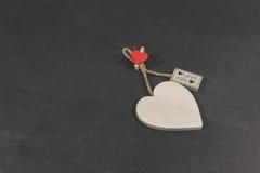 Det pappers- hålet rev sönder i hjärta Shape med gammal Wood bakgrund inom Fotografering för Bildbyråer