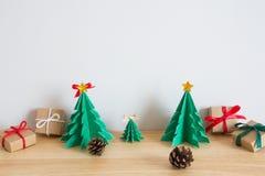 Det pappers- julträdet med gåvor och sörjer Arkivfoto