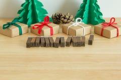 Det pappers- julträdet med gåvor, sörjer och den glade julen för ordet Royaltyfri Foto