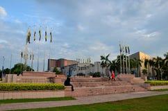 Det Perak statflaggor och folket på den Dataran Ipoh trädgården kvadrerar Ipoh Malaysia Arkivfoto