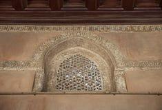 Det perforerade välvda stuckaturfönstret dekorerade med geometriska modeller och kalligrafi på den Ibn Tulun moskén, Kairo, Egypt Royaltyfri Foto