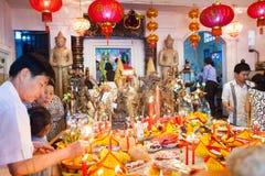 Det PHNOM PENH folket firar kinesiskt nytt år Arkivfoto