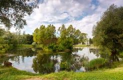 Det pittoreska dammet i staden parkerar Royaltyfri Fotografi