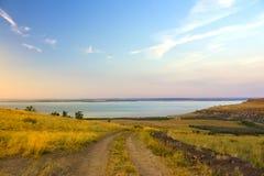 Det pittoreska landskapet från kullarna till havet på solnedgången arkivbild