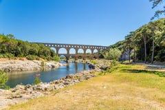 Det pittoreska landskapet med den forntida akvedukten Pont du Gard, Frankrike Arkivfoton