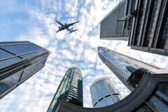 Det plana flyget över den moderna skyskrapan Royaltyfria Foton