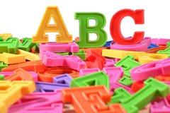 Det plast- färgade alfabetet märker abc:et Royaltyfri Foto
