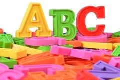Det plast- färgade alfabetet märker abc:et Arkivbilder