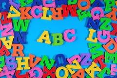 Det plast- färgade alfabetet märker abc:et Arkivfoto