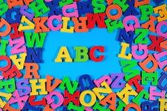 Det plast- färgade alfabetet märker abc:et Arkivbild