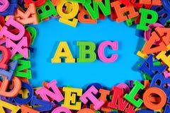 Det plast- färgade alfabetet märker abc:et på en blått Royaltyfri Foto