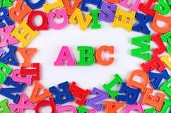 Det plast- färgade alfabetet märker abc:et på en vit Royaltyfri Fotografi