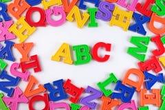 Det plast- färgade alfabetet märker abc:et på en vit Fotografering för Bildbyråer