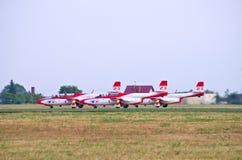 Det polska laget Bialo-czerwone Iskry tar-av på Radom Airshow, Polen Royaltyfria Bilder