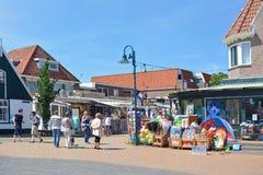 Det populära centret med litet turist- shoppar i De Koog på ön Texel i Nederländerna trängde ihop med många besökare på en sol royaltyfri bild