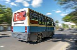 Det populära offentliga medlet av transport kallas 'dolmus på gatan Ankara Turkiet royaltyfri bild