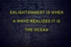 Det positiva inspirerande citationstecknet på neontecken mot insikt för tegelstenvägg är när en våg realiserar att det är havet arkivfoton