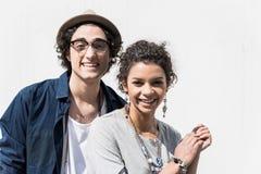 Det positiva stilfulla paret står utomhus arkivbild
