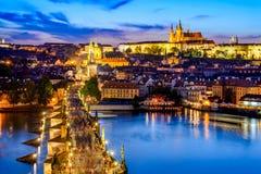 Det Prague slottet och Charles överbryggar, den tjeckiska republiken Arkivbilder
