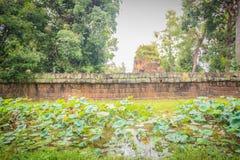 Det Prasat förbudet Ben, en khmerfristaden är en religiös plats som består av av tre tegelstenprangs på avskilda lateritebaser Lo Arkivfoto