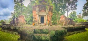 Det Prasat förbudet Ben, en khmerfristaden är en religiös plats som består av av tre tegelstenprangs på avskilda lateritebaser Lo Royaltyfri Bild