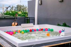 Det privata gästhuset inklusive bubbelpool och varma badar är klara med shinny det mycket lyxiga vaskklappet royaltyfria foton