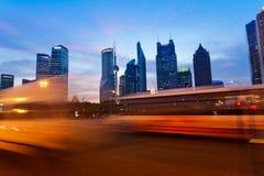 Det pudong området av sikten för Shanghai stadsnatt Royaltyfri Bild