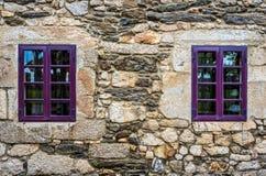 Det purpurfärgade fönstret på den medeltida slotten som göras av stenen och, vaggar Royaltyfria Foton