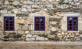 Det purpurfärgade fönstret på den medeltida slotten som göras av stenen och, vaggar Arkivfoto