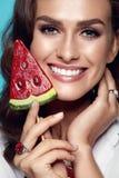 Det purpurfärgade sminket och färgrikt ljust spikar Kvinnlig modell With Candy för mode royaltyfria bilder