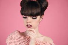 Det purpurfärgade sminket och färgrikt ljust spikar Tonårig flickamodell för mode Brunett med matte kanter royaltyfri fotografi