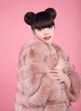 Det purpurfärgade sminket och färgrikt ljust spikar Tonårig flickamodell för mode i pälslag Brunettintelligens royaltyfri foto