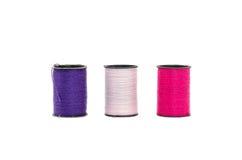 Det purpurfärgade vita magentafärgat för trefaldig tråd i isolerad stil Arkivfoton