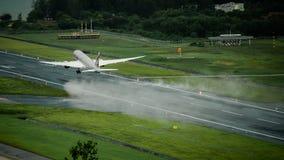 Det Qatar Airways flygplanet, Boeing 787 dreamliner, tar av på p Royaltyfri Bild