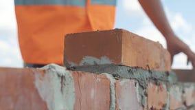 Det räckte skottet av muraren bygger väggen stock video