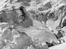 det räknade liggandeberg sörjer snowsprucevinter arkivfoto