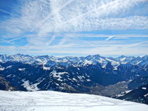 det räknade liggandeberg sörjer snowsprucevinter arkivfoton