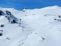 det räknade liggandeberg sörjer snowsprucevinter arkivbild