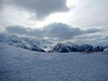 det räknade liggandeberg sörjer snowsprucevinter Royaltyfria Bilder