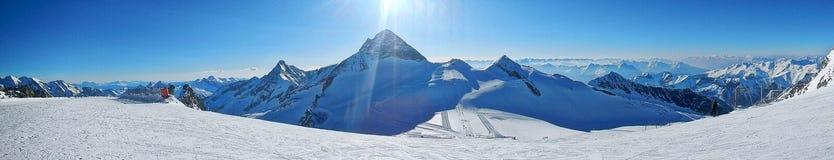 det räknade liggandeberg sörjer snowsprucevinter Fotografering för Bildbyråer