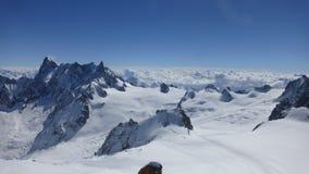 det räknade liggandeberg sörjer snowsprucevinter royaltyfri bild