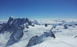 det räknade liggandeberg sörjer snowsprucevinter royaltyfria foton