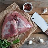 Det rå stycket av stor skinka för griskött och stort hugga av baktalar Royaltyfri Foto